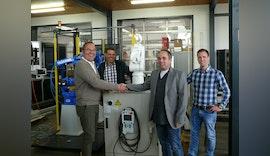 EGS Automatisierungstechnik spendet Gewerbeschule Donaueschingen einen Industrieroboter