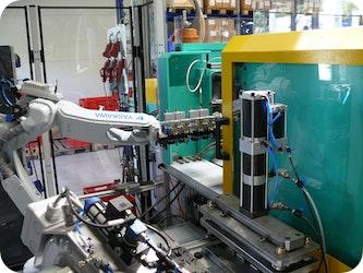 Automation Kunststoff Spritzgießmaschine mit Industrieroboter zur Herstellung eines Kunststoffhybridbauteils