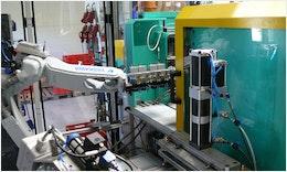 #Automation Kunststoff #Spritzgießmaschine mit #Industrieroboter zur Herstellung eines Kunststoffhybridbauteils