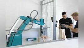 Studenten der Hochschule Offenburg lernen mit Industrieroboter HORST von fruitcore robotics