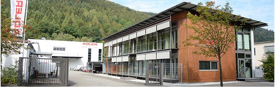 Überblick Adler AG Höfen rechts Verwaltung, linke Produktion, im Hintergrund Produktion, Montage und Logistik