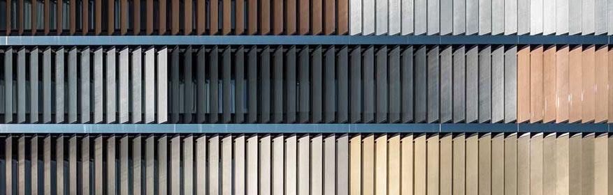 Sonnenschutz durch farbige Glaslamellen am Neubau der SBB Bern