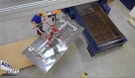 Beschickung eines Trumpf Laser mit einem AERO-LIFT Vakuumheb