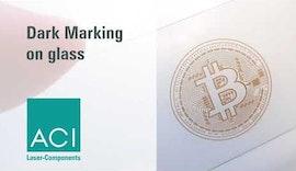 Dunkle Lasermarkierung von Glas