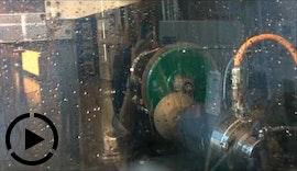 Kompakte und integrierte Automationslösung von EGS Automatisierungstechnik an einer Schleifmaschine